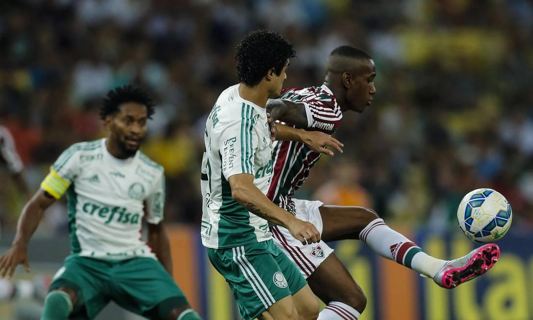 Gérson, do Fluminense, recebe a marcação de um jogador do Palmeiras Alexandre Cassiano / Agência O Globo