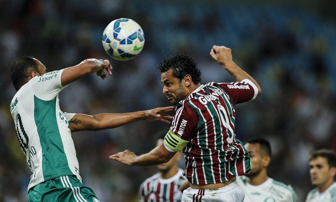 Fred cabeceia a bola, marcado por Alecsandro, do Palmeiras Alexandre Cassiano / Agência O Globo