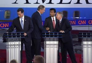 'Série B'. Pré-candidatos republicanos se cumprimentam em debate prévio Foto: Mark J. Terrill/AP
