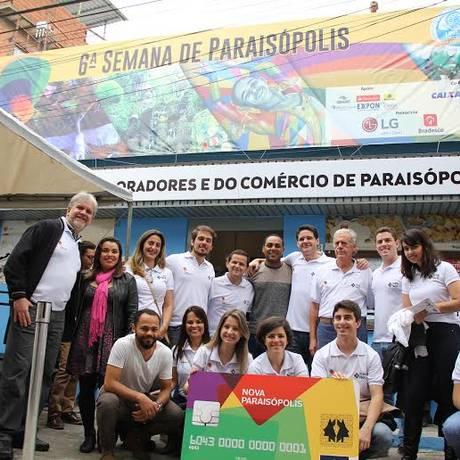 Moradores e idealizadores do projeto apresentam o novo cartão de crédito na comunidade paulistana Foto: Divulgação / Roberto Trumpauskas