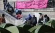Imigrantes deixam tendas nas ruas de Paris durante remoção realizada pela prefeitura da cidade