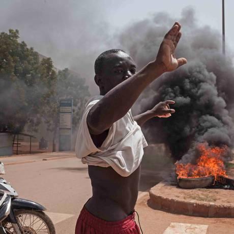 Manifestante protesta na capital de Burkina Faso, Ouagadougou Foto: Theo Renaut / AP