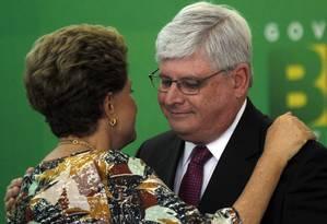 A presidente Dilma Rousseff, cumprimenta o procurador-Geral da República, Rodrigo Janot, durante Cerimônia de posse no Palácio do Planalto Foto: Givaldo Barbosa / Agência O Globo