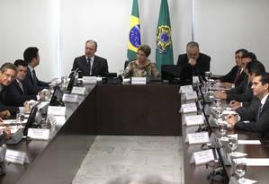 A presidente Dilma Rousseff ao lado ministro-chefe da Casa Civil, Aloizio Mercadante, e do ministro das Comunicações, Ricardo Berzoini Foto: Givaldo Barbosa / Agência O Globo / 17/09/2015