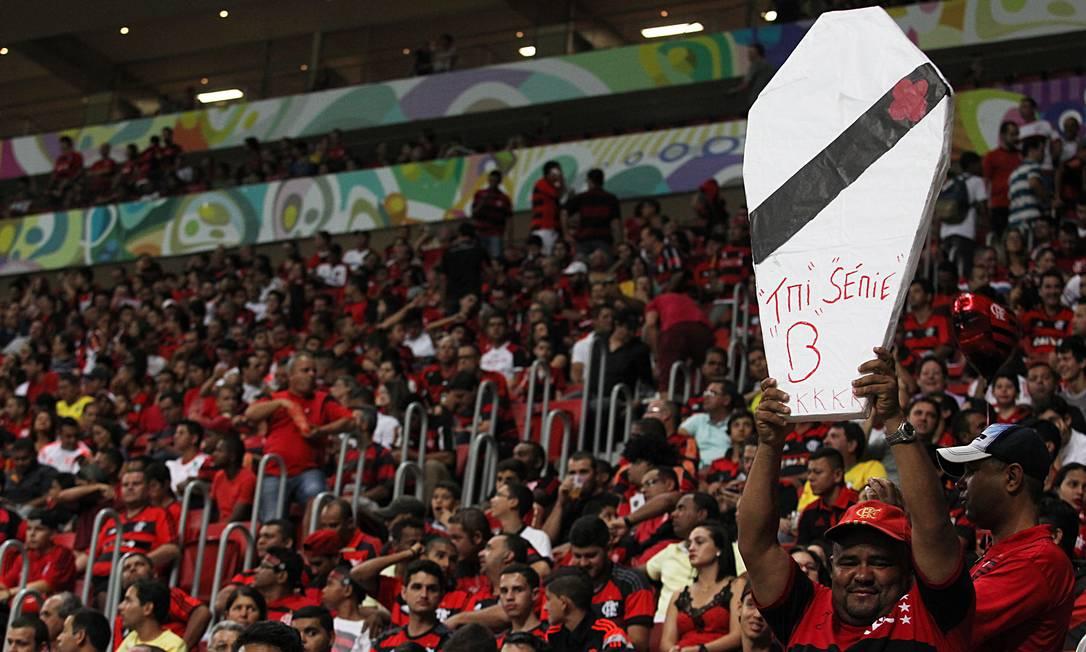 Torcedor do Flamengo provoca o Vasco no Mané Garrincha Jorge William / Agência O Globo