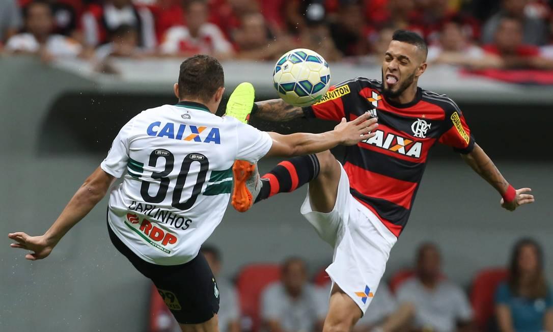 Paulinho, do Flamengo, disputa a bola com Carlinhos, do Coritiba Jorge William / Agência O Globo