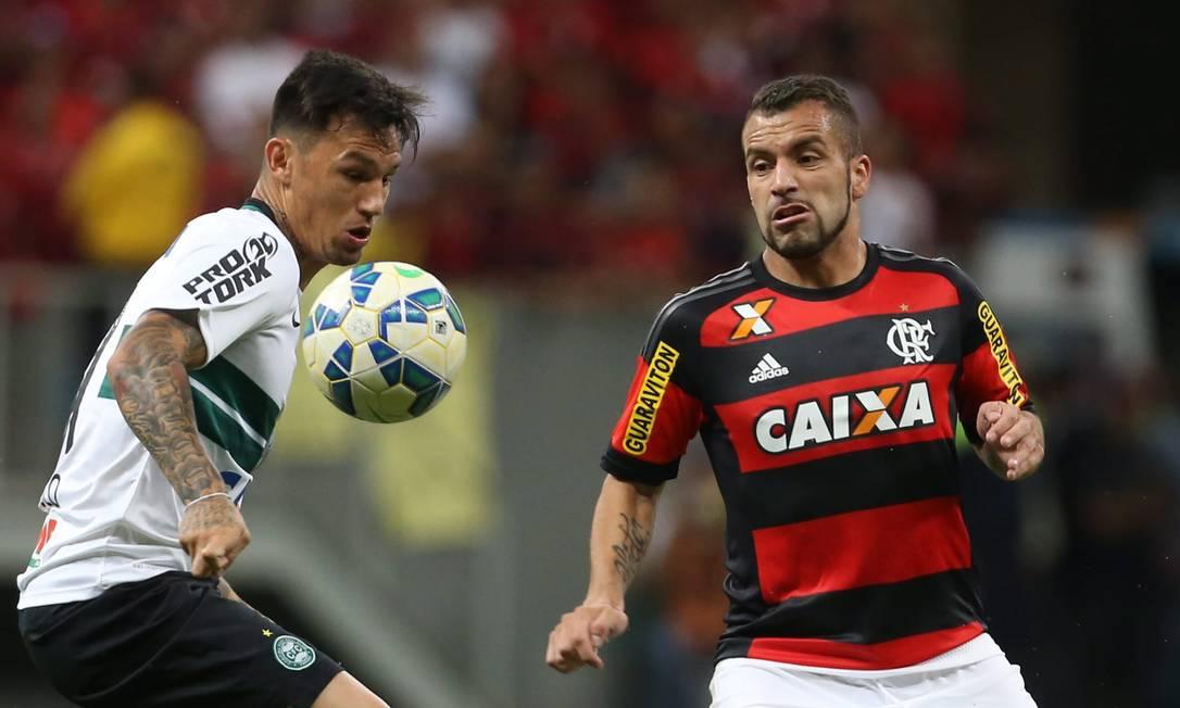 Canteros, do Flamengo, marca um jogador do Coritiba Jorge William / Agência O Globo