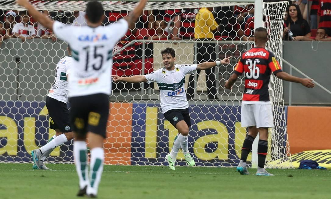 Henrique, ao centro, comemora o segundo gol do Coritiba Jorge William / Agência O Globo