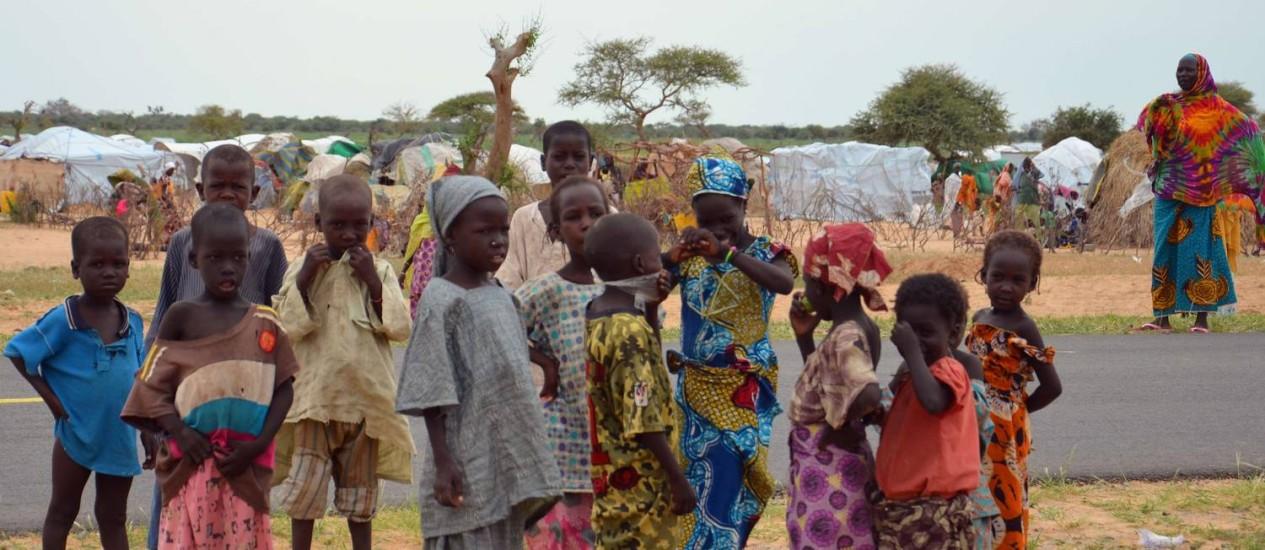 No campo de Assaga, crianças esperam ajuda humanitária Foto: BOUREIMA HAMA / AFP