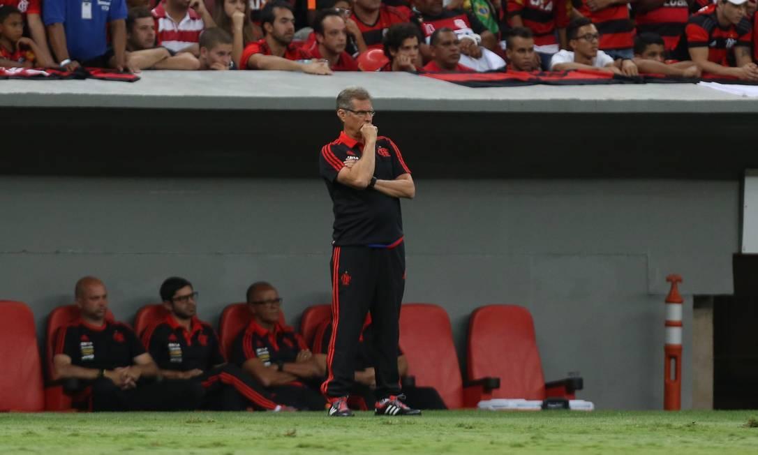 O técnico do Flamengo, Oswaldo de Oliveira, na partida contra o Coritiba Jorge William / Agência O Globo