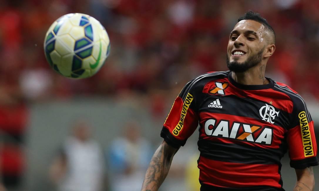 Paulinho tenta dominar a bola no Mané Garrincha Jorge William / Agência O Globo