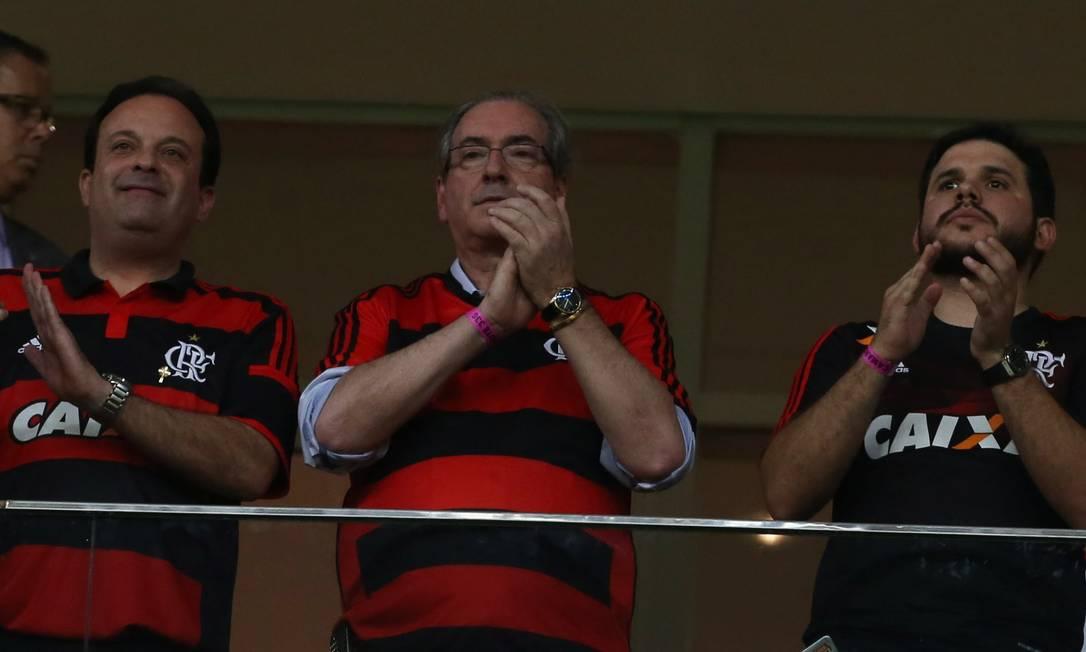 Deputado federal Eduardo Cunha, ao centro, assiste ao jogo no Mané Garrincha Jorge William / Agência O Globo