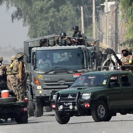 Soldados paquistaneses tomam posição perto da Força Aérea Paquistanesa após ataque realizado por ativistas em Peshawar Foto: A Majeed / AFP