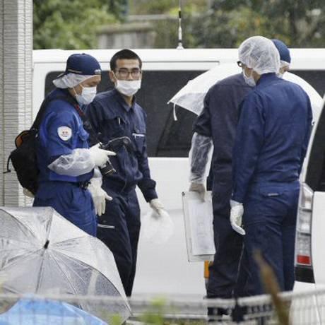 Policiais investigam a casa de Miwako Kato, de 84 anos, morto por Jonathan Nakada Foto: Meika Fujio / AP