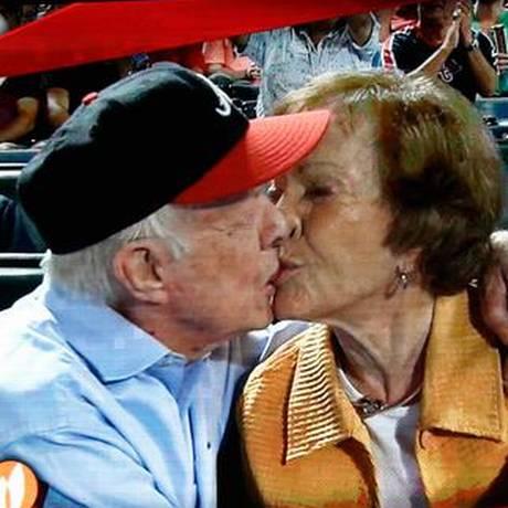 Ex-presidente americano beija Rosalynn Foto: Reprodução Twitter