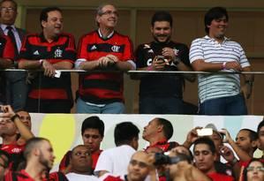 O ex-presidente da Câmara Eduardo Cunha (PMDB-RJ) assiste à partida do Flamengo x Coritiba ao lado de André Fufuca, de camisa listrada Foto: Jorge William / Agência O Globo / Arquivo 17/09/2015