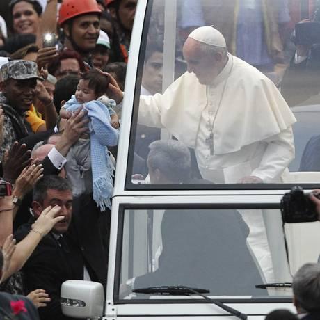 Papa Francisco se locomove de papamóvel durante visita ao Rio de Janeiro Foto: UESLEI MARCELINO / REUTERS