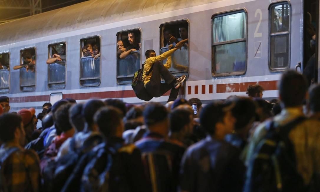 Migrantes tentam segui em trens que chegam à estação croata de Tovarnik Foto: ANTONIO BRONIC / REUTERS