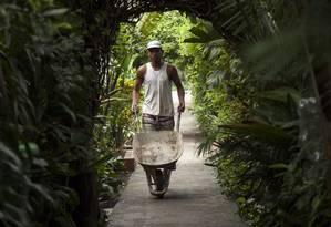 Operário de obra transita pela Ilha da Gigoia: cena comum atualmente Foto: Agência O Globo / Hermes de Paula