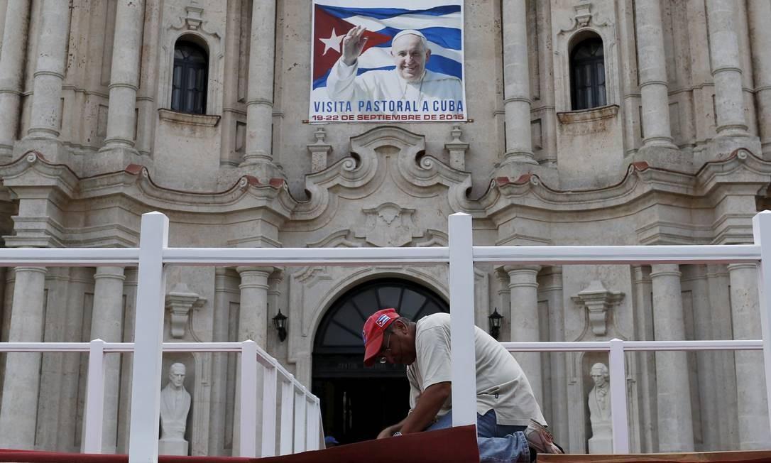 Trabalhador ajeita carpete na Catedral de Havana, onde Francisco celebrará missa Foto: CARLOS GARCIA RAWLINS / REUTERS