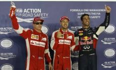 Kimi Raikkonen, Sebastian Vettel e Daniel Ricciardo comemoram o resultado no treino classificatório para o GP de Cingapura: trio desbancou os pilotos da Mercedes Foto: EDGAR SU / REUTERS