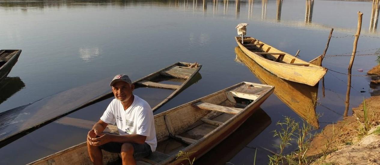 """Lodo no fundo. Em Pedras de Maria da Cruz, José Cardoso diz que """"o peixe está se escondendo"""" e que o rio baixou Foto: André Teixeira / André Teixeira"""