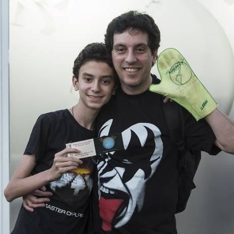 Luiz Augusto Pinheiro, que guardou ingresso do primeiro Rock In Rio em 1985, leva seu filho Luiz Felipe Pinheiro ao festival em 2015 Foto: Leo Martins / Agência O Globo