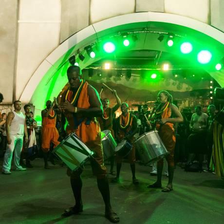Percussionistas usam laranja em homenagem ao gari Sorriso, símbolo do Carnaval carioca Foto: Leo Martins / Agência O Globo