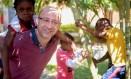 O padre Paolo Parise com crianças: atendimento independente de crenças Foto: Pedro Kirilos