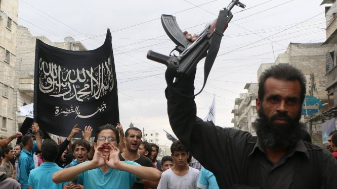 Em Aleppo, na Síria, simpatizantes da Frente al-Nusra protestam contra o regime do presidente Bashar al-Assad Foto: Fadi al-Halabi / AFP