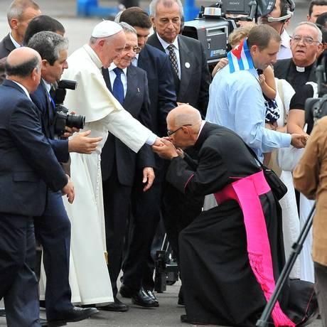 Um bispo beija a mão do Papa Francisco na chegada a Cuba: filme mostra vida do Pontífice quando era cardeal na Argentina Foto: GONZO GONZALEZ / AFP