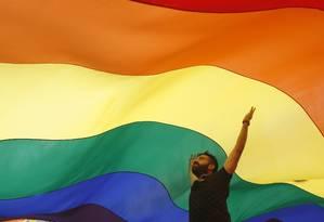 Milhares de pessoas participaram da parada gay de Belgrado, capital da Sérvia, neste domingo Foto: Darko Vojinovic / AP