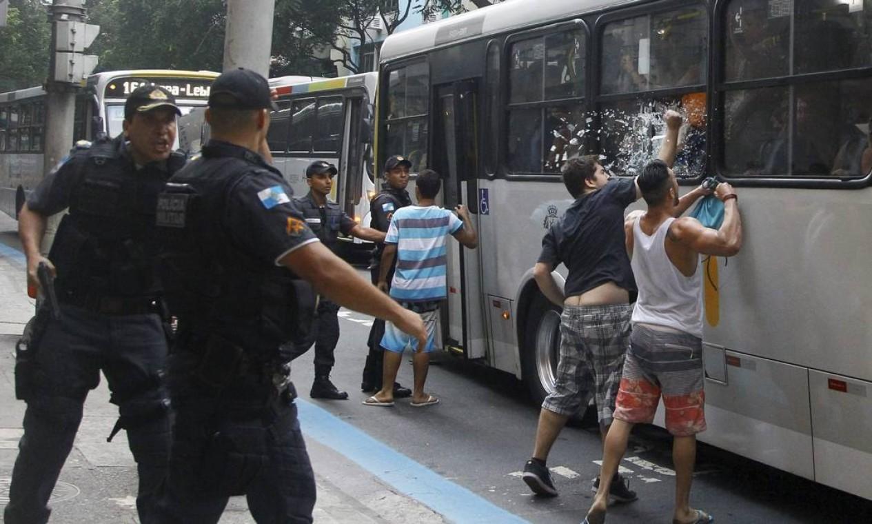Jovens de classe média em Copacabana entram em confronto com passageiros de ônibus a caminho da Zona Norte Foto: Marcelo Carnaval / Agência O Globo