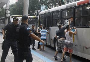 Moradores de Copacabana agridem jovens que estavam num ônibus que seguia para a Zona Norte Foto: Marcelo Carnaval / Agência O Globo