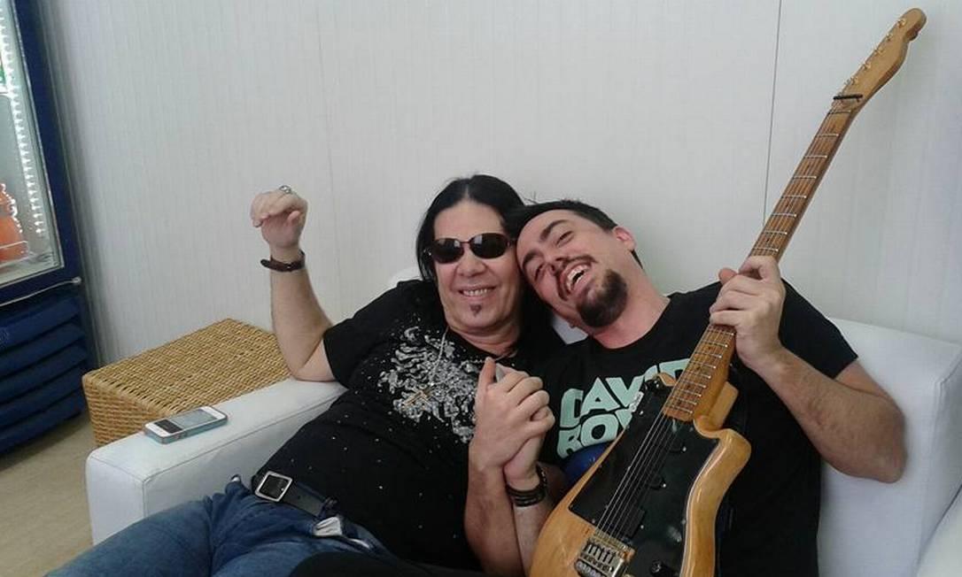 Kriptus Gomes ao lado do seu pai, Pepeu Gomes Foto: / Reprodução/Facebook