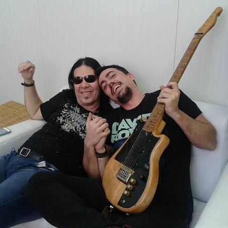 Kriptus Gomes ao lado do seu pai, Pepeu Gomes Foto: Reprodução/Facebook