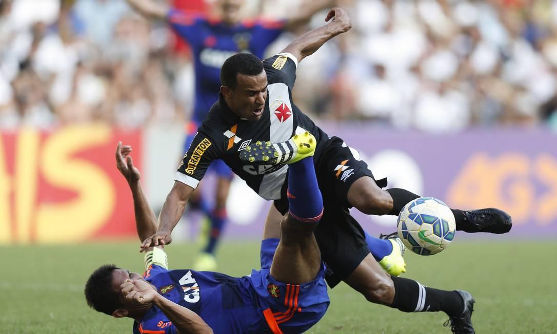 Vasco x Sport, no Maracanã: Serginho disputa a jogada no meio Alexandre Cassiano / Agência O Globo
