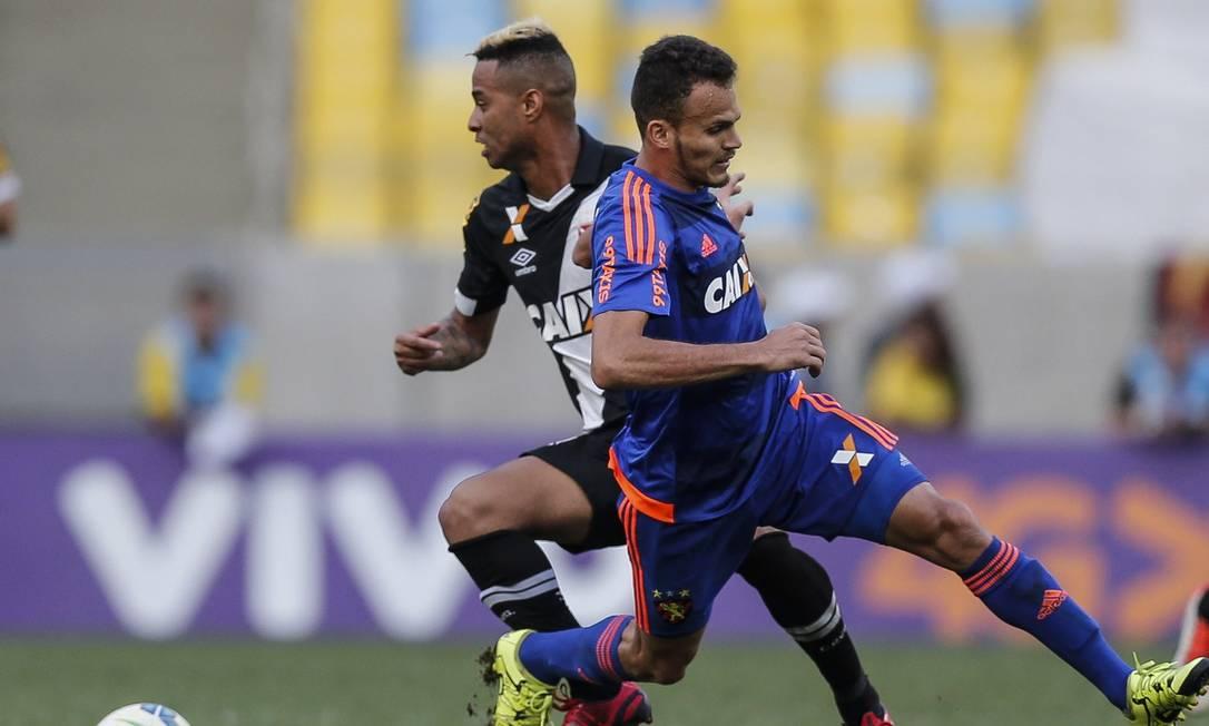 Rafael Silva arma jogada de ataque do Vasco na vitória sobre o Sport Alexandre Cassiano / Agência O Globo