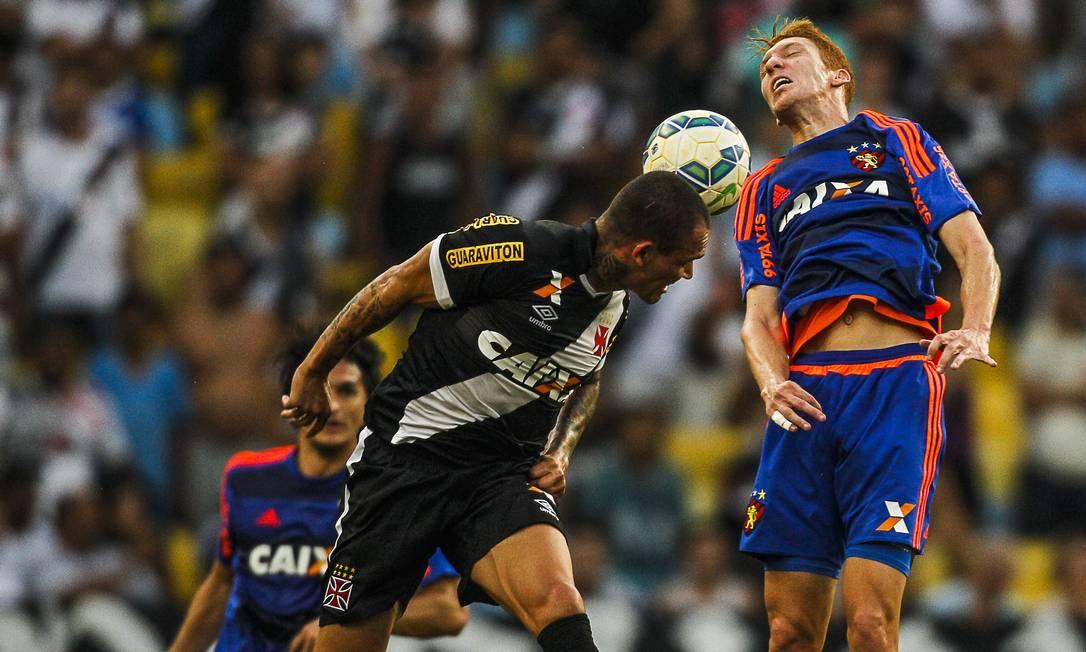 Leandrão sobe de cabeça e tenta a conclusão para o gol Guilherme Leporace / Agência O Globo