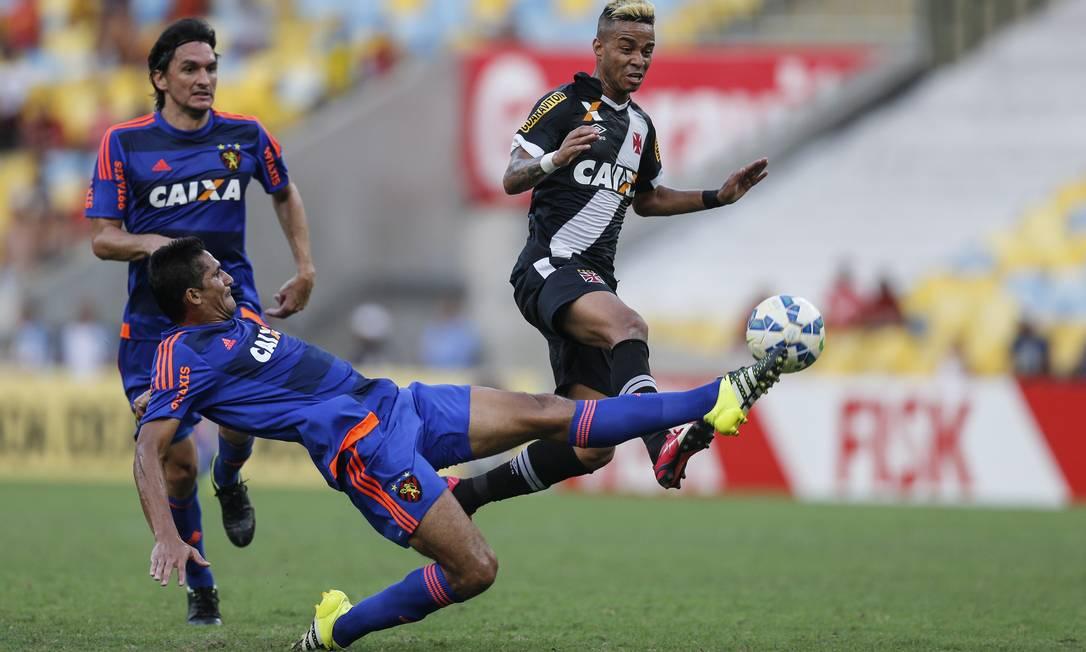 Bola esticada no ataque do Vasco, e a zaga do Sport faz o corte Alexandre Cassiano / Agência O Globo