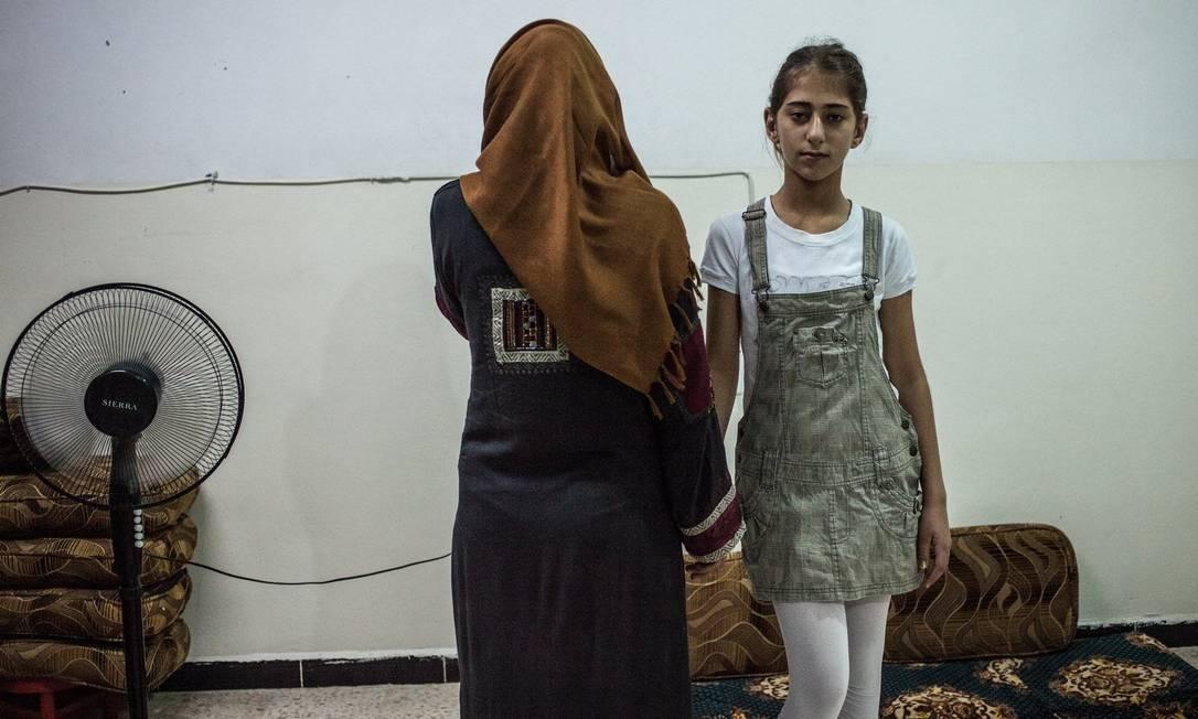 Yasmin Hama morava em Aleppo quando perdeu o marido em um bombardeio aéreo e hoje vive em uma escola para deslocados internos com sua filha Foto: Alice Martins/15-9-2015