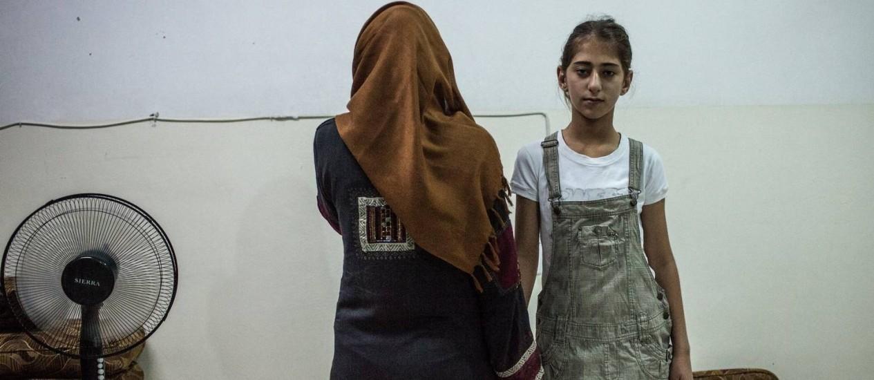 Yasmin Hama morava em Aleppo quando perdeu o marido em um bombardeio aéreo e hoje vive em uma escola para deslocados internos com sua filha Foto: Alice Martins / Alice Martins/15-9-2015