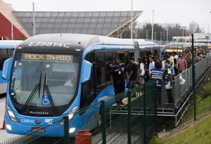 Rumo à Cidade do Rock. O embarque do BRT ontem, depois que o número de catracas aumentou de seis para 30; transporte foi alvo de grande número de reclamações no primeiro dia do evento Foto: O Globo / Guito Moreto