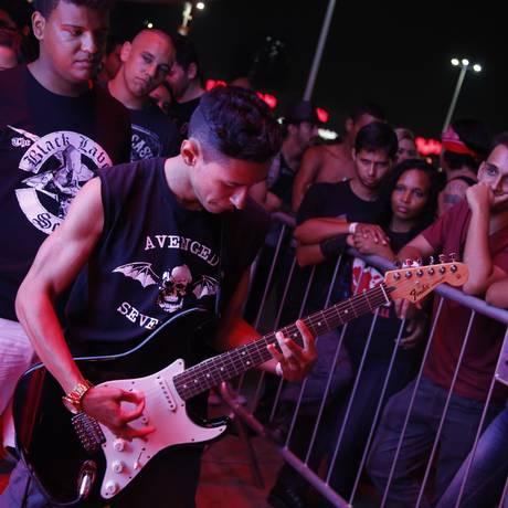 Mão na massa. Uma empresa de TV ofereceu guitarras da marca Fender para o público usar Foto: Bárbara Lopes / O Globo