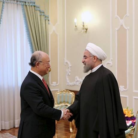 Diretor-geral da Agência Internacional de Energia Atômica (AIEA), Yukiya Amano (esq.), se encontra com o presidente do Irã, Hassan Rohani, em Teerã Foto: HANDOUT / REUTERS