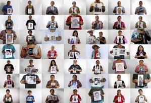 Parentes seguram fotos de estudantes desaparecidos há quase um ano, em um caso ainda sem respostas Foto: Dario Lopez-Mills / AP