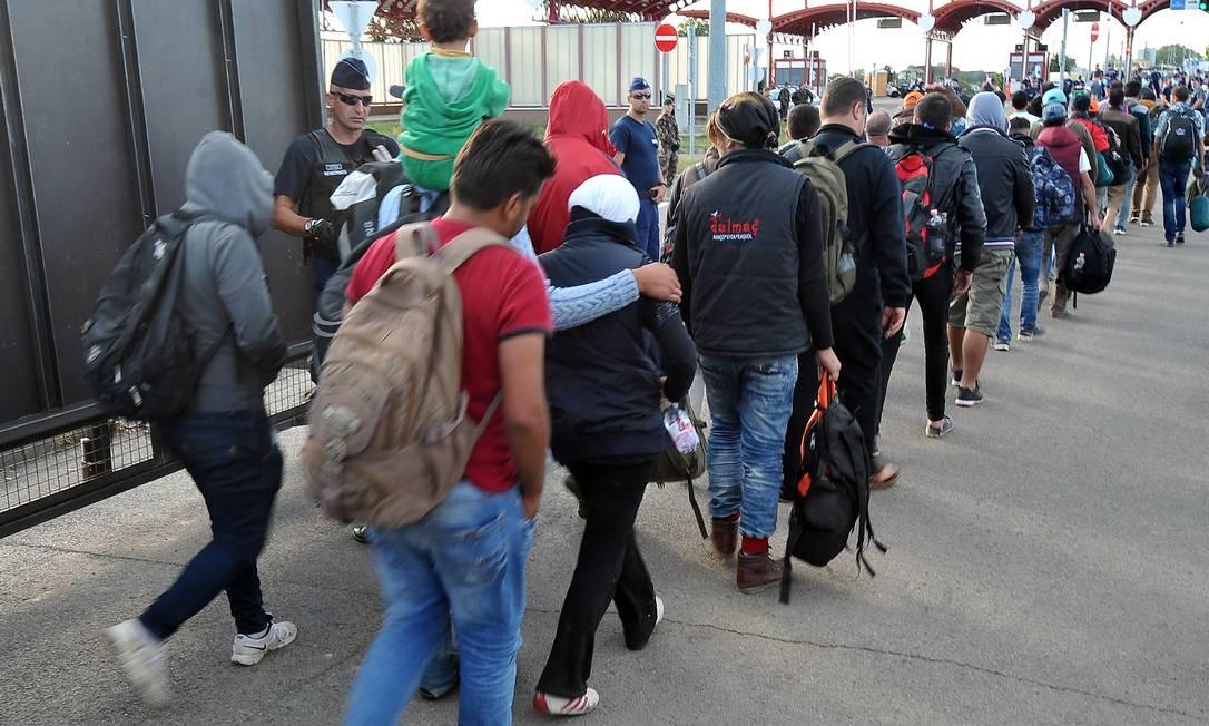 Refugiados atravessam posto que divide Baranjsko Petrovo Selo e Beremend, entre Croácia e Hungria Foto: ELVIS BARUKCIC / AFP