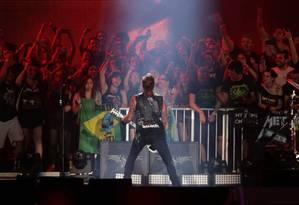 James Hetfield, do Metallica, interage com os fãs no Palco Mundo do Rock in Rio Foto: Márcio Alves / Agência O Globo