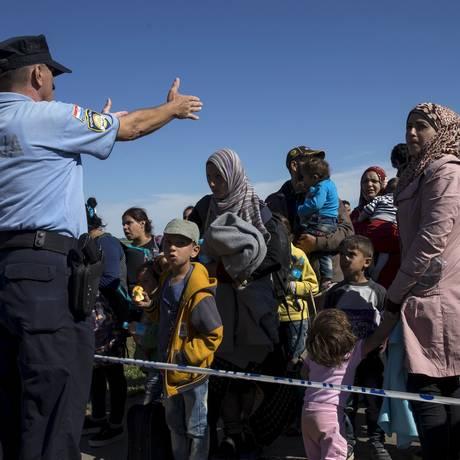 Imigrantes fazem fila na fronteira entre a Sérvia e a Croácia, nas proximidades da cidade de Tovarnik Foto: MARKO DJURICA / REUTERS