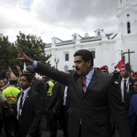 Maduro acena para apoiadores do lado de fora do palácio presidencial em Quito Foto: HANDOUT / REUTERS